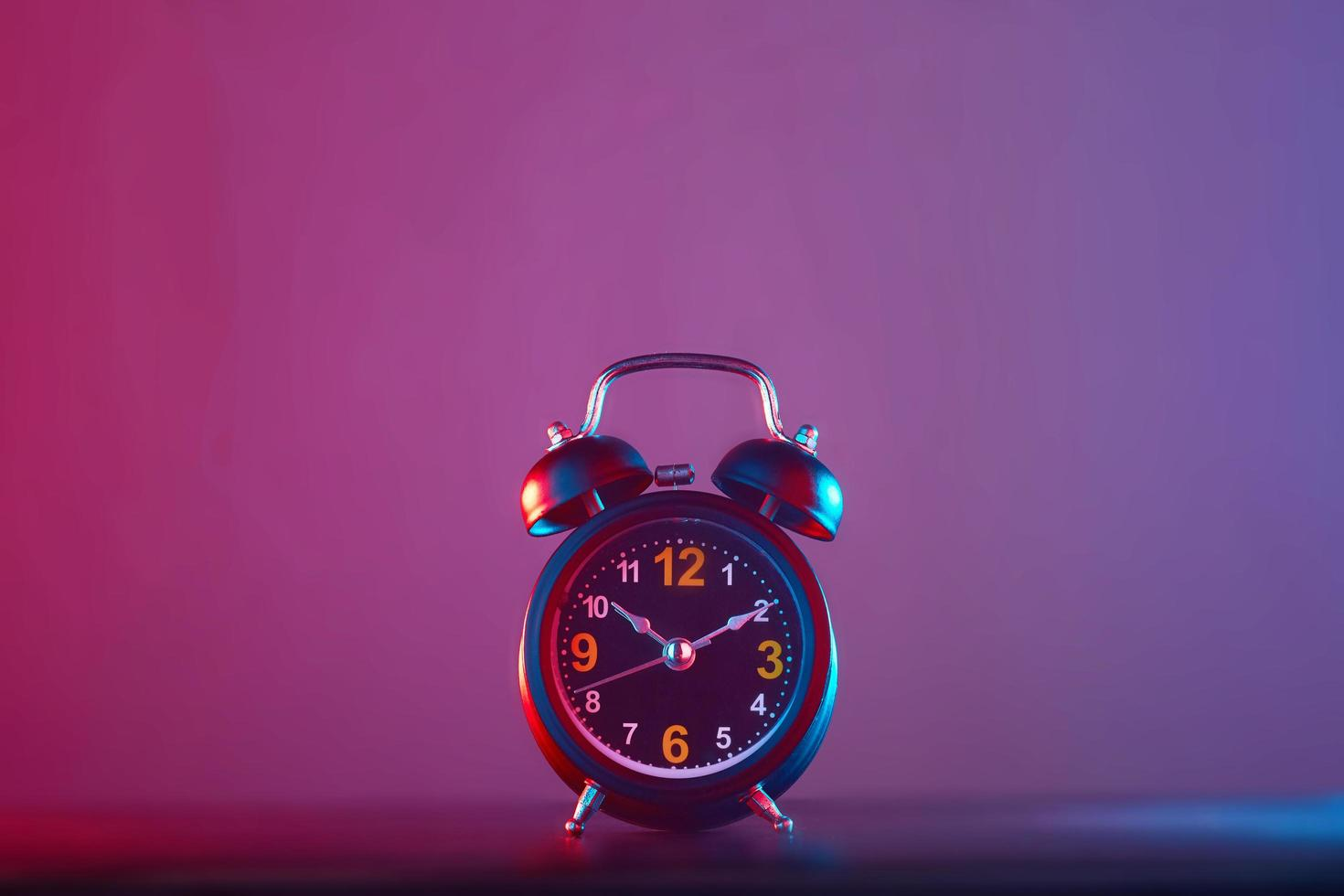 väckarklocka på färgstark bakgrund foto