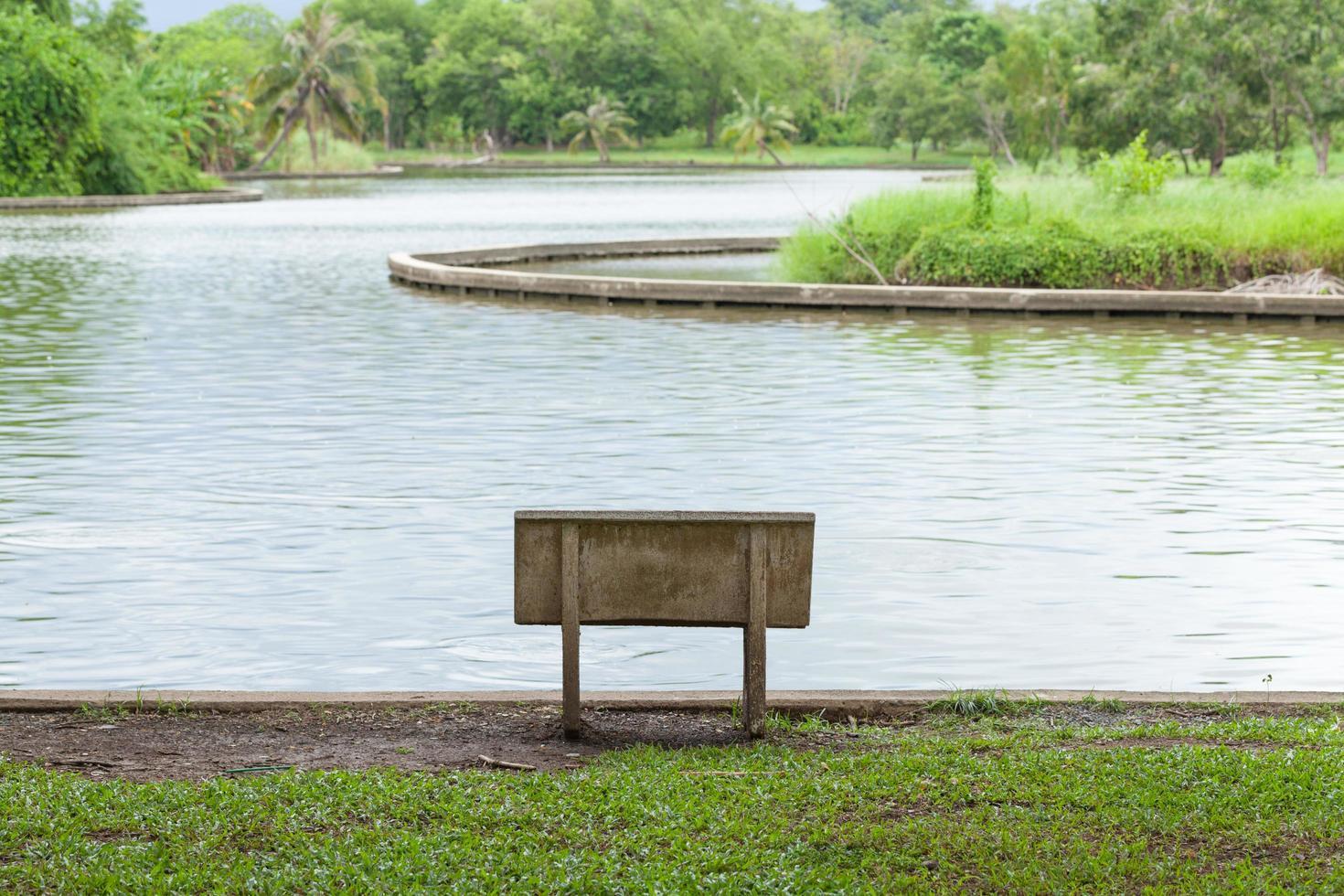 stenbänk i parken foto