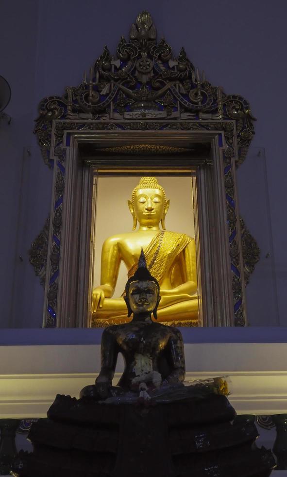 thailändsk buddhiststaty i ett tempel foto