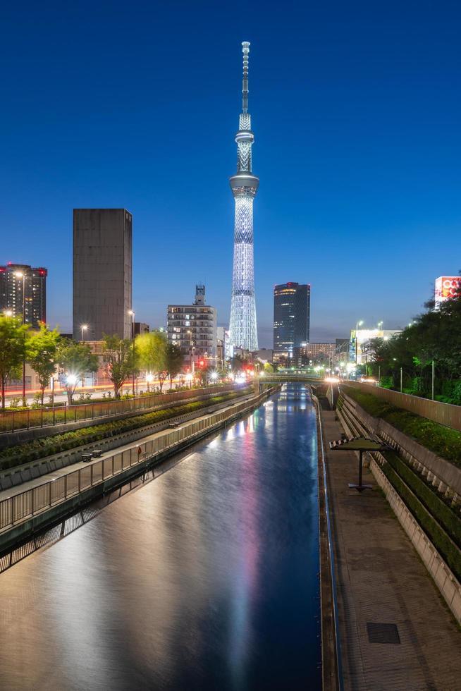 tokyo skytree i skymning foto