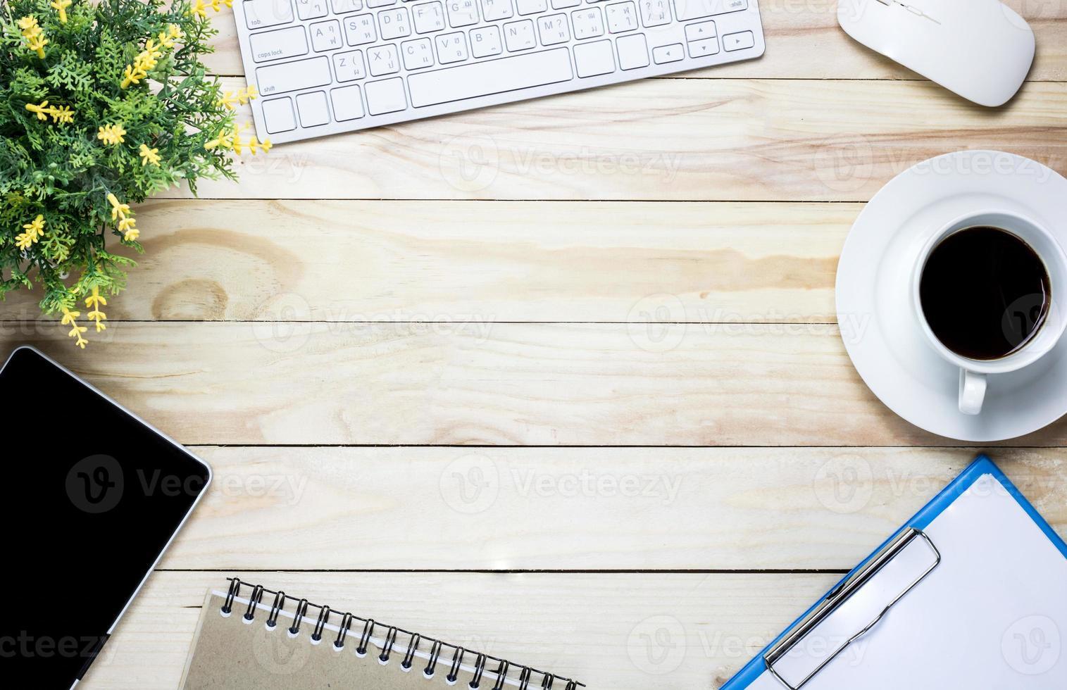 skrivbord med kaffe och tangentbord foto