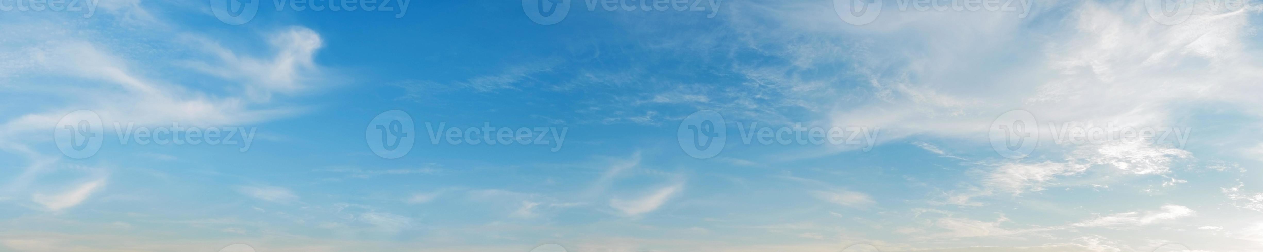 himmel med moln på en solig dag foto
