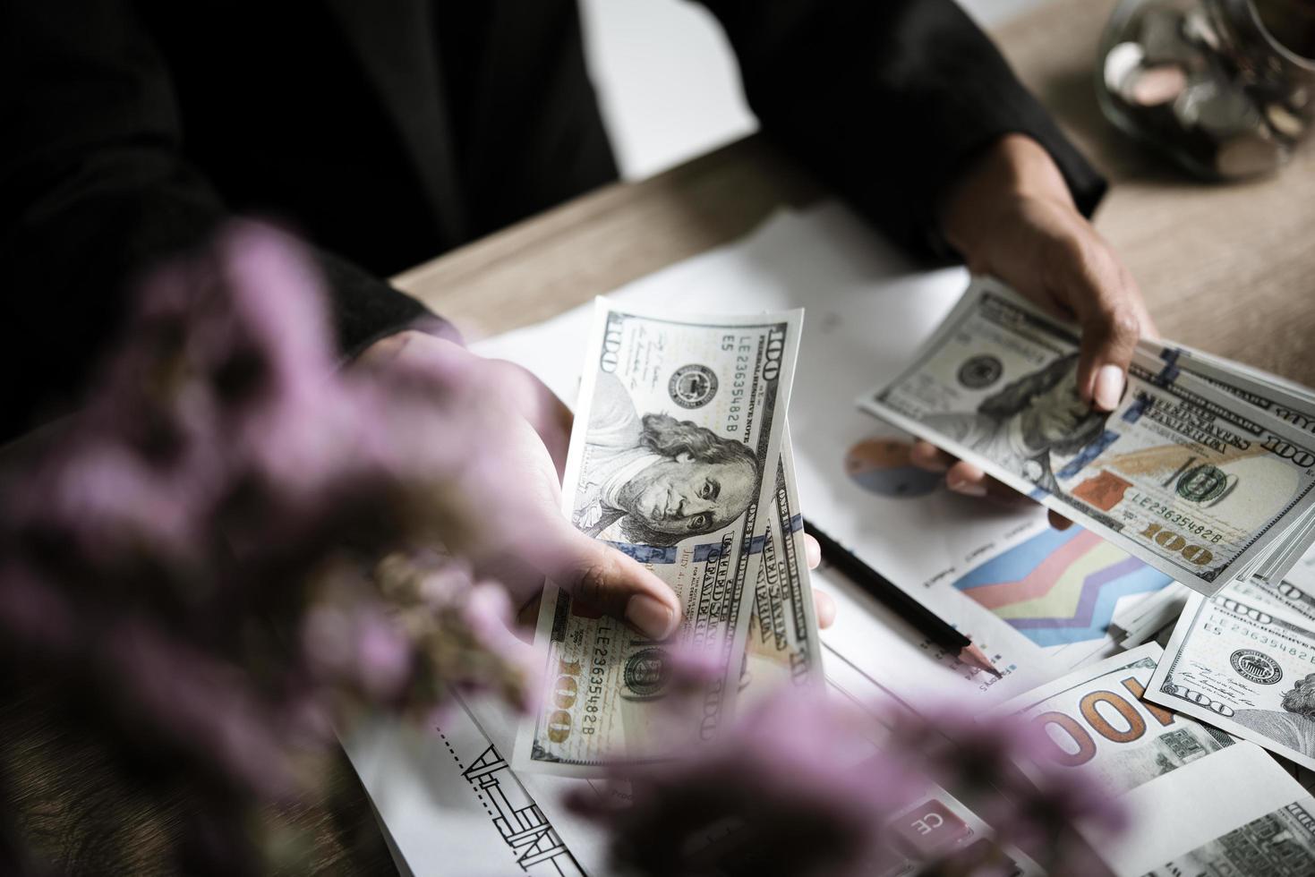 affärsperson beräknar ekonomisk tillväxt och investeringar foto