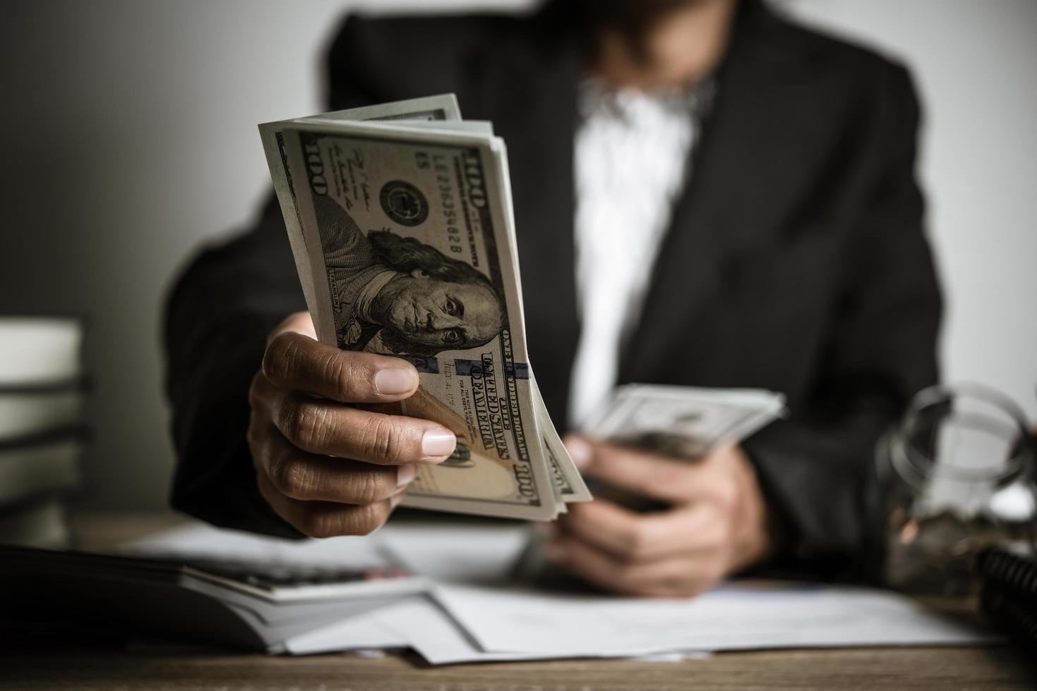 händer av affärskvinna som håller pengar foto