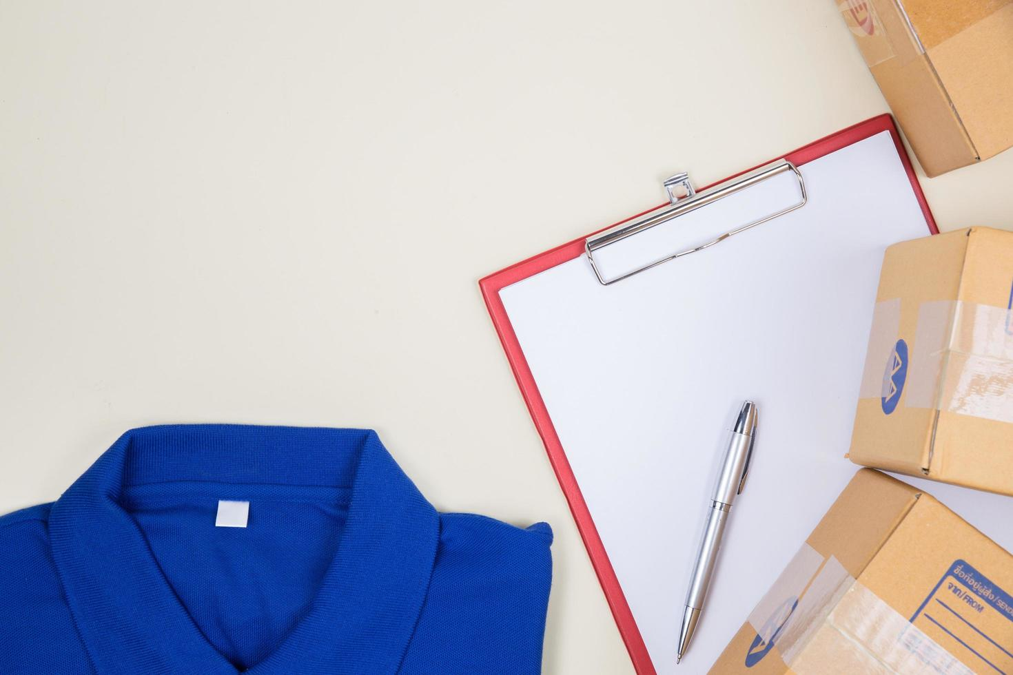 ovanifrån av arbetarens skjorta och portokartonger foto