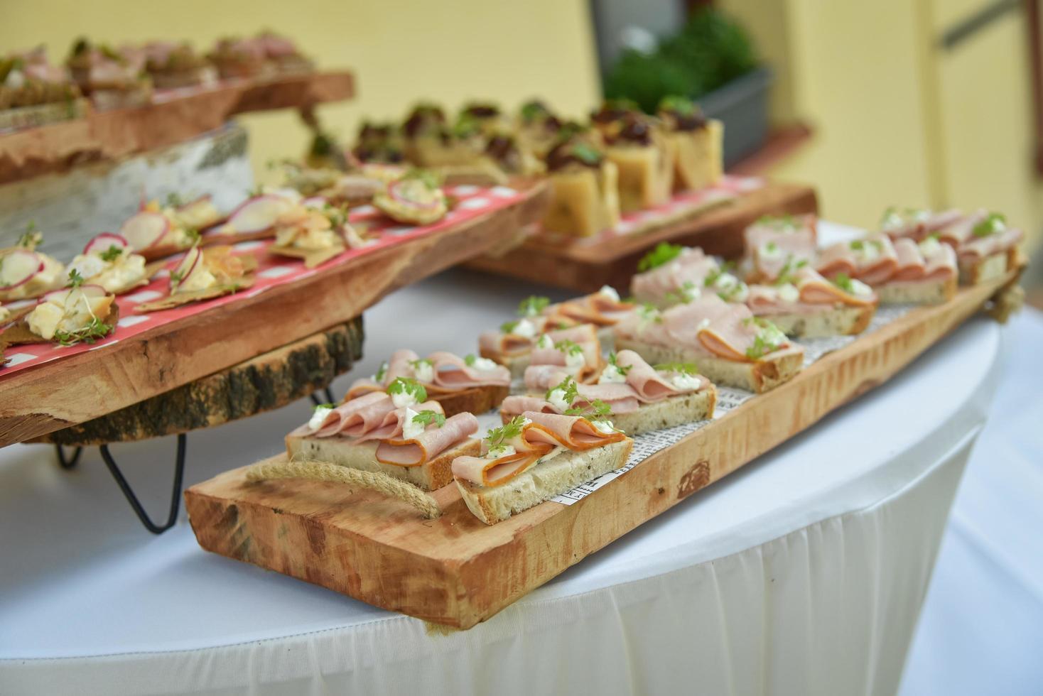 mini-kanapéer på serveringsbrädor foto