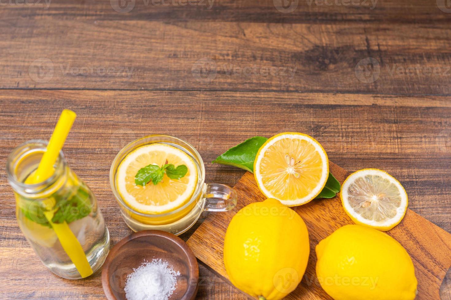 citronskivor på en skärbräda foto