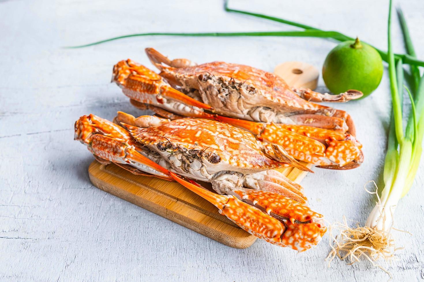 ångad krabba på en vit träbakgrund foto