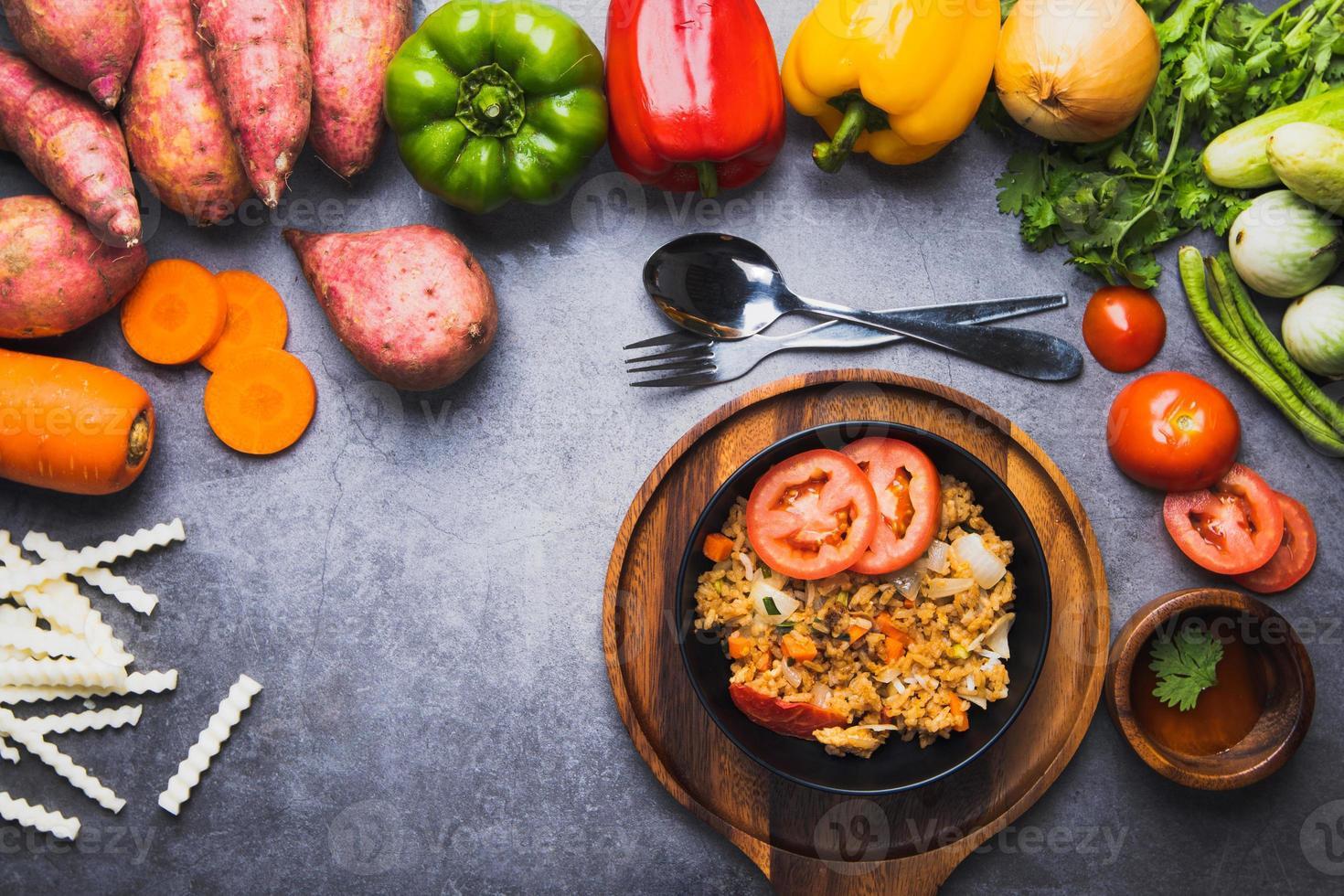 stekt risrätt med massor av grönsaker foto