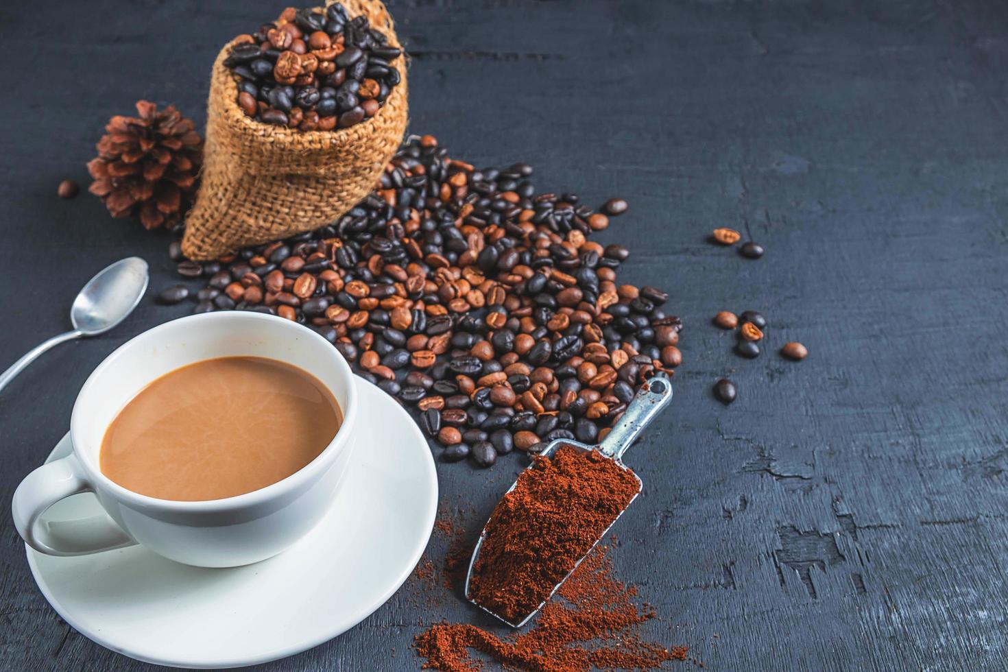 kopp kaffe med kaffebönor i en påse foto