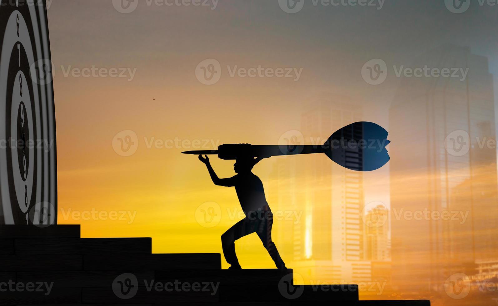 person som håller överdimensionerad dart foto