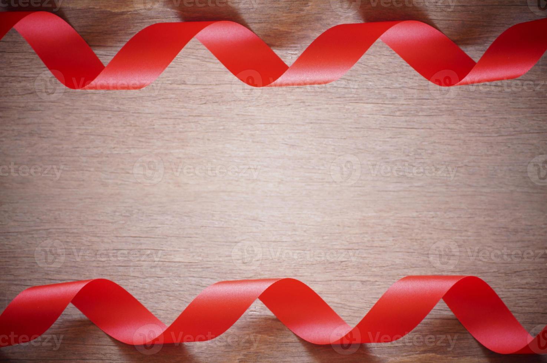 lockiga röda band foto