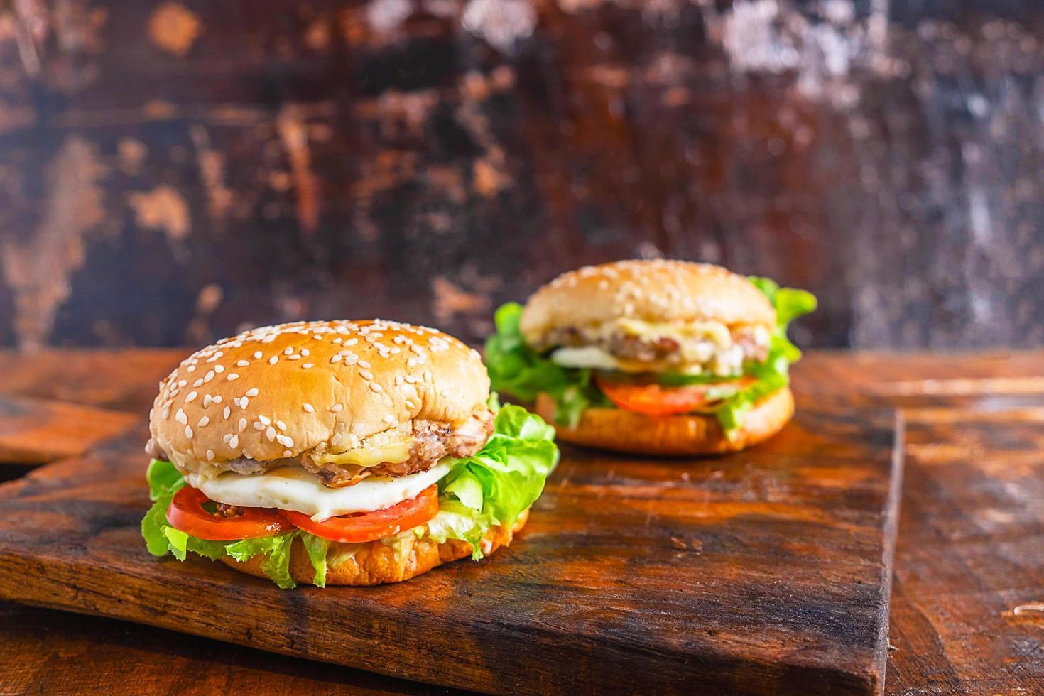 två hamburgare på ett bord foto