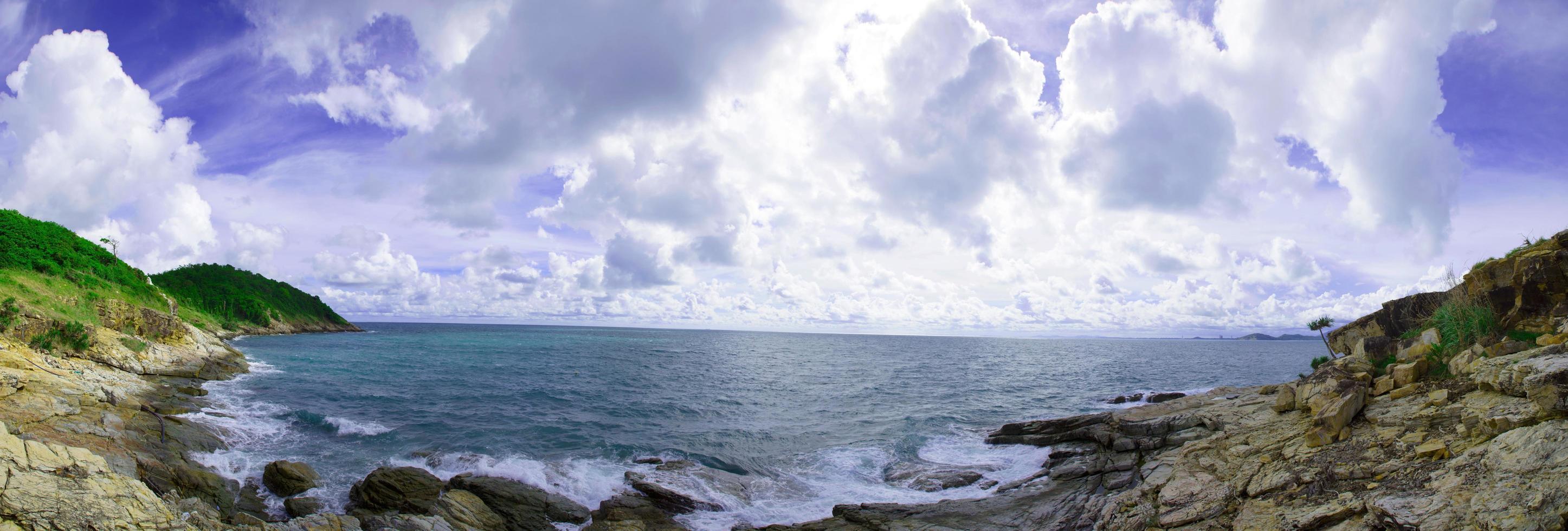 panorama över en vik och strand foto