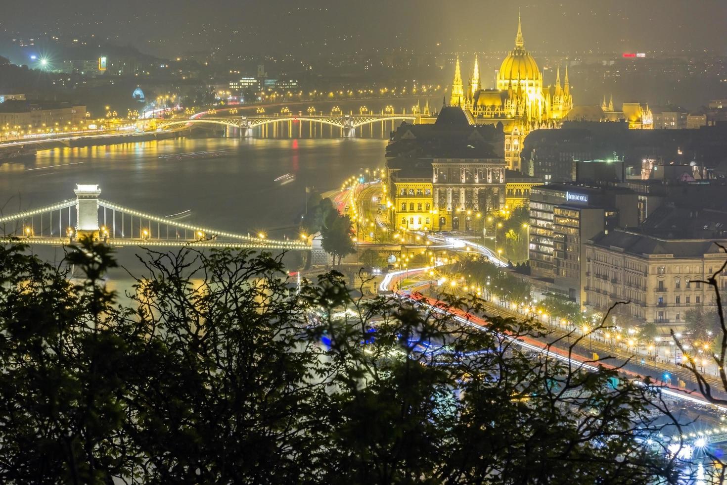Flygfoto nattvy av Budapest stad foto
