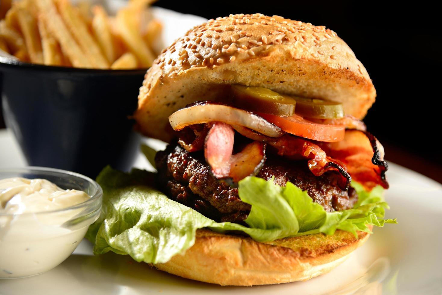 närbild av en hamburgare foto