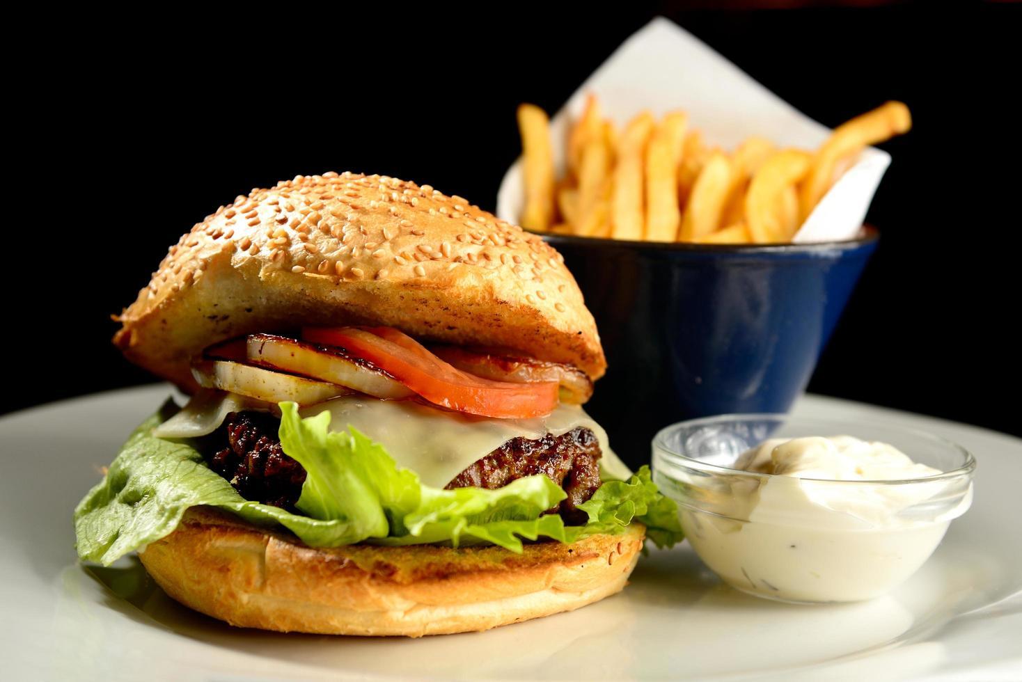gourmet hamburgare och pommes frites foto