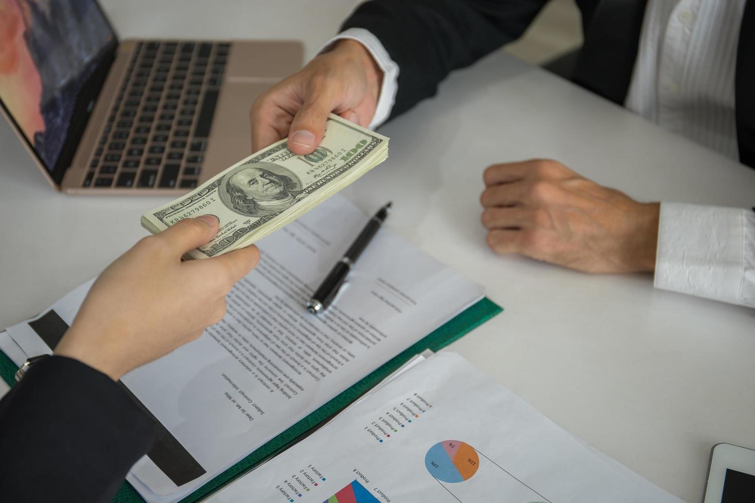 affärsman som i regeringsställning ger en penningmuta foto