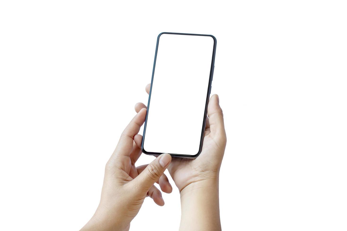 båda händerna arbetar på en smartphone med modern design och en tom skärm separat på en vit bakgrund med urklippsbanan foto