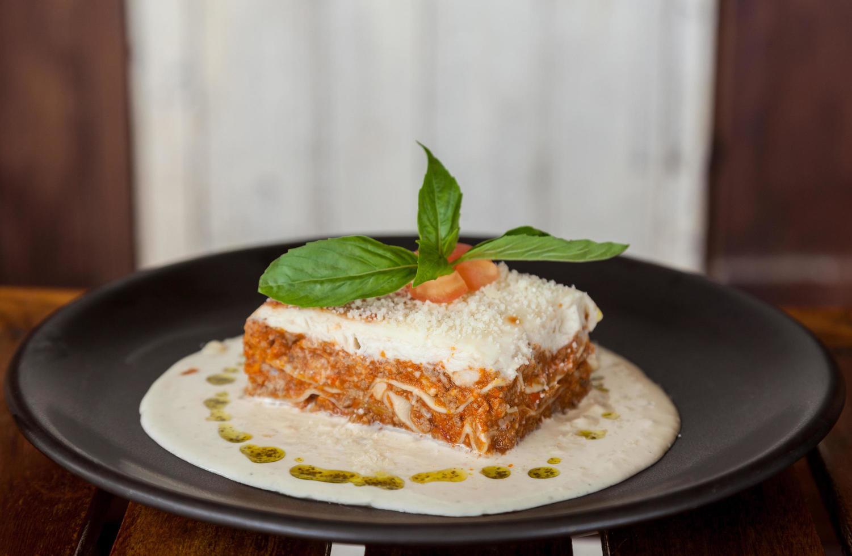 lasagne med kött och spenat foto