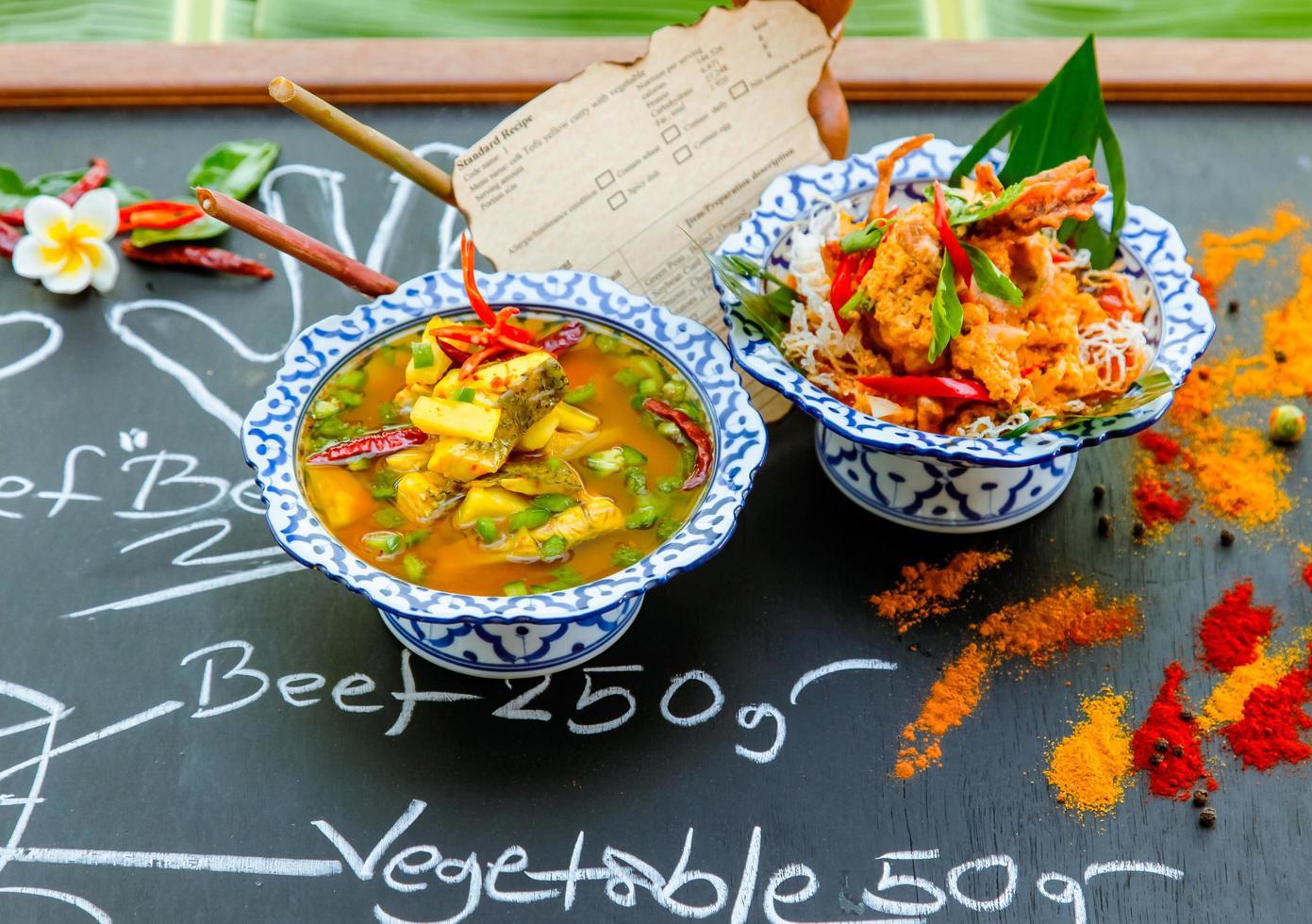 thailändsk mat på svarta tavlan foto