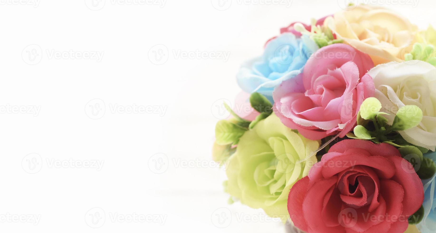 närbild steg konstgjorda blommor på vit bakgrund foto