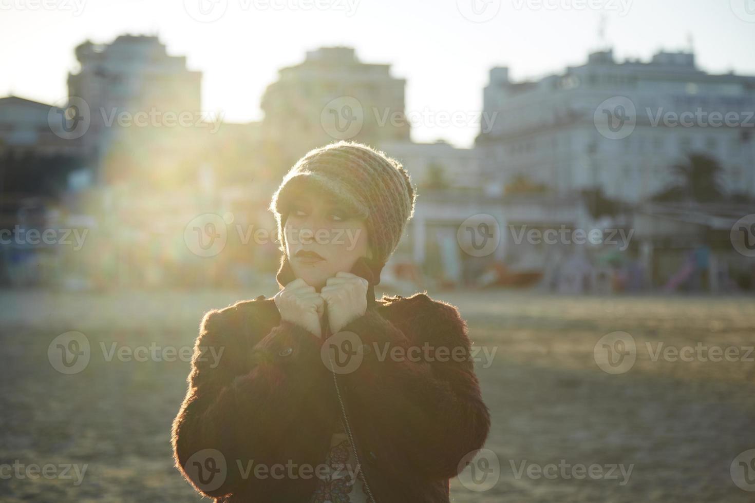 härlig ung kvinnastående, närbild utomhus foto