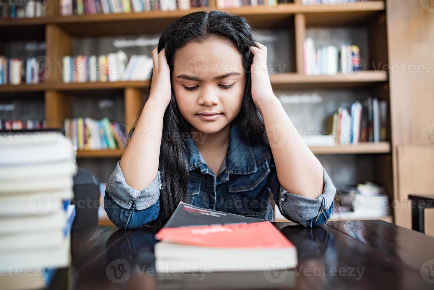 porträtt av en stressad ledsen ung kvinna som sitter på café foto