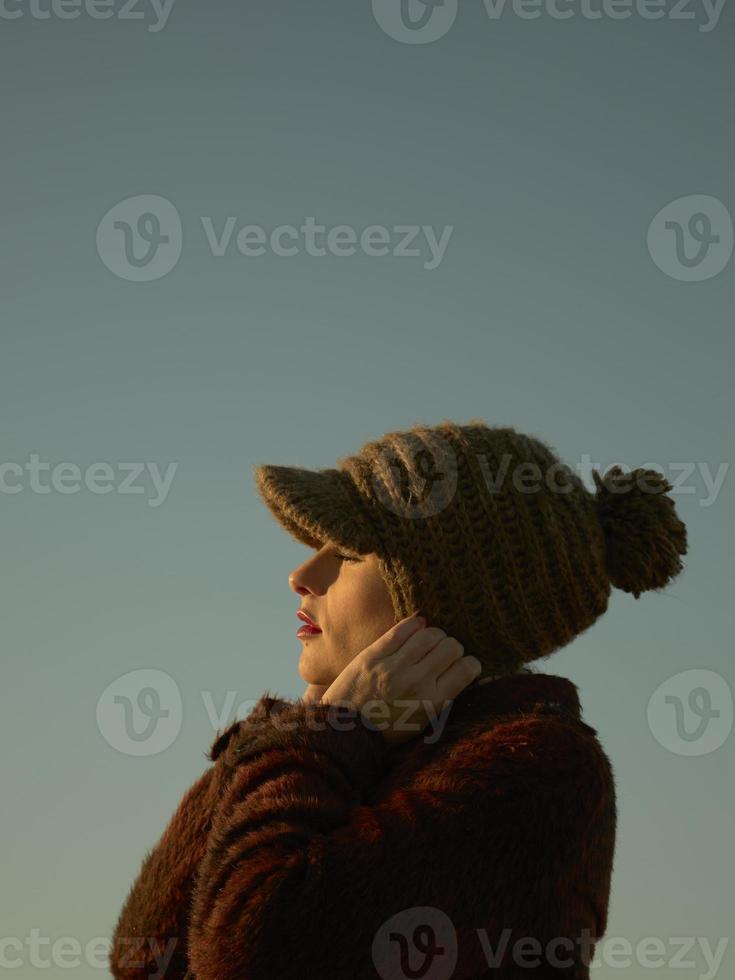 vacker ung kvinna i profilporträtt, närbild utomhus foto