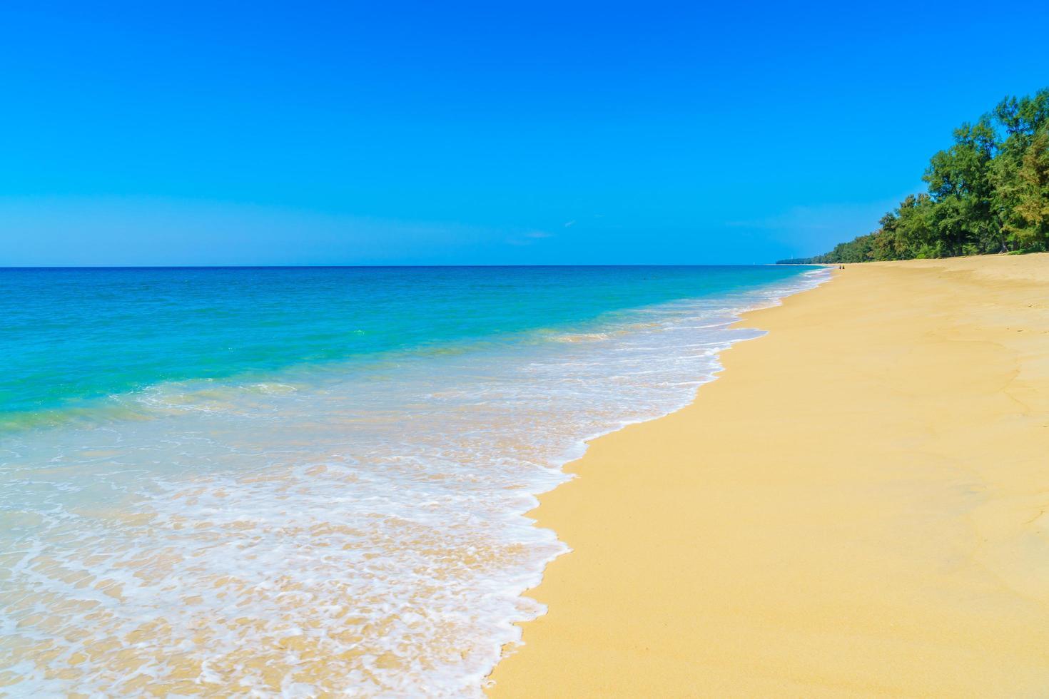 vacker sandstrand och hav foto