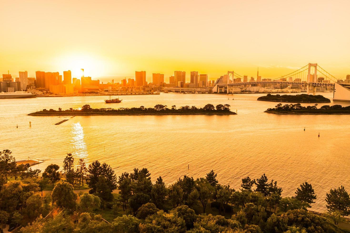 stadsbilden i tokyo stad med regnbågsbroen foto