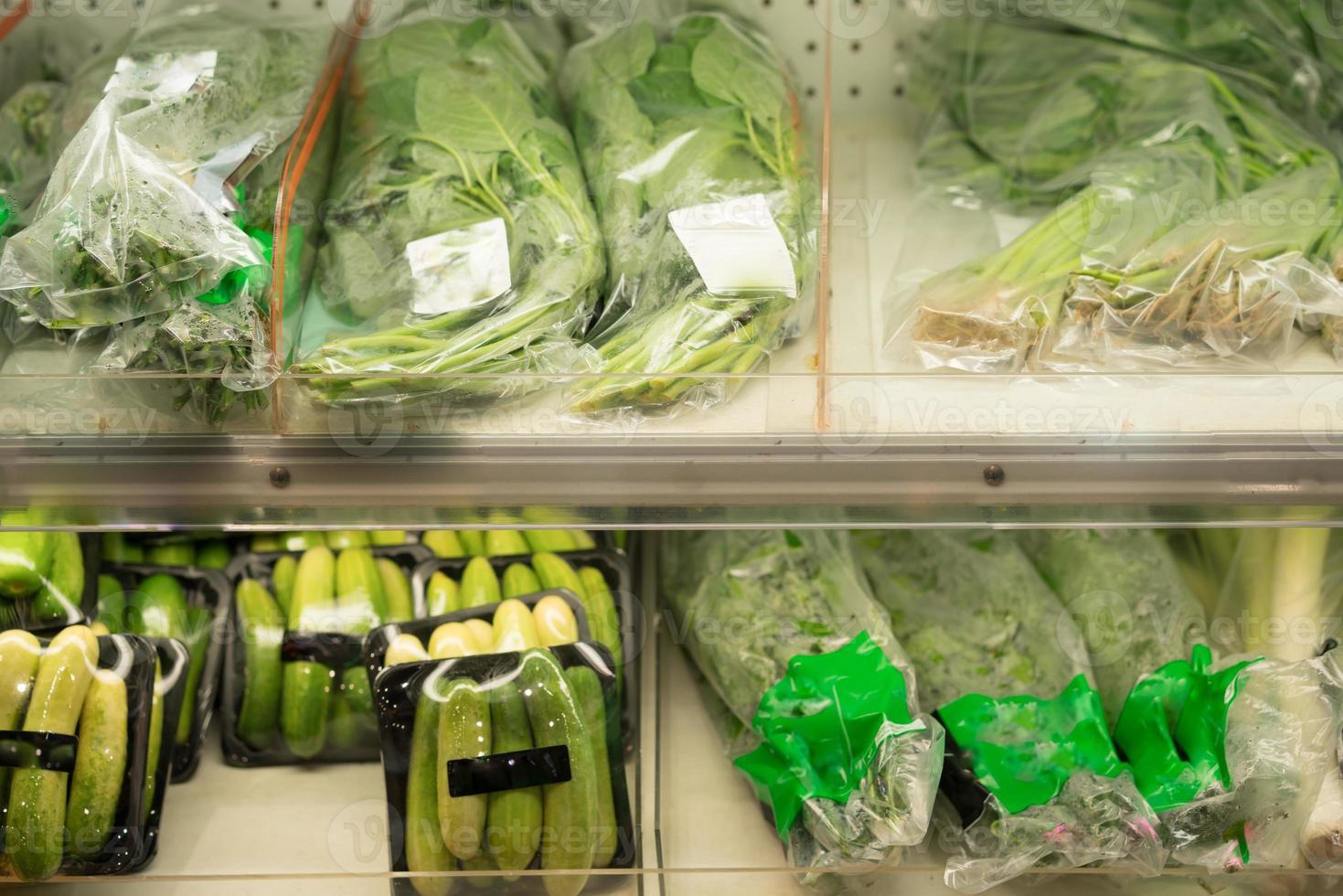 förpackade grönsaker på en hylla foto
