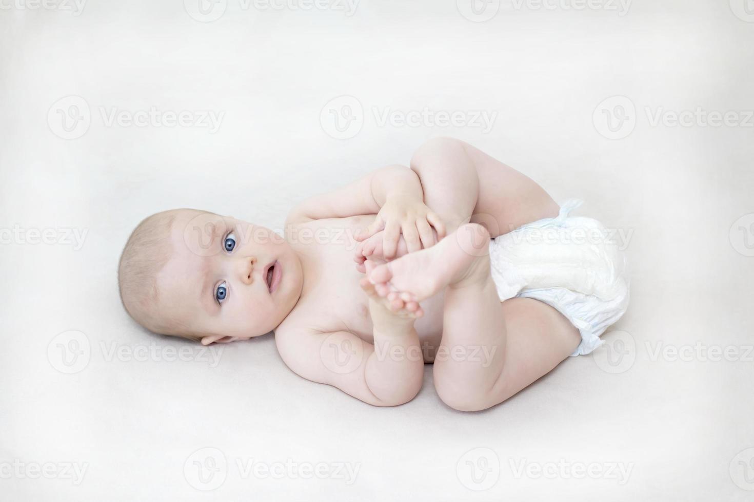 söt baby flicka liggande på sängen foto