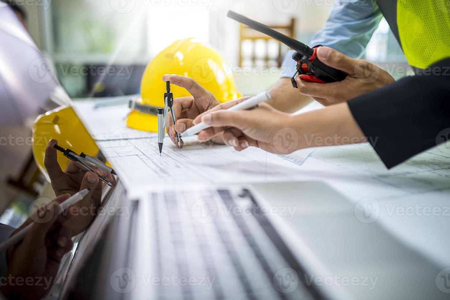 ingenjör arbetare man diskuterar om byggnadsplan foto