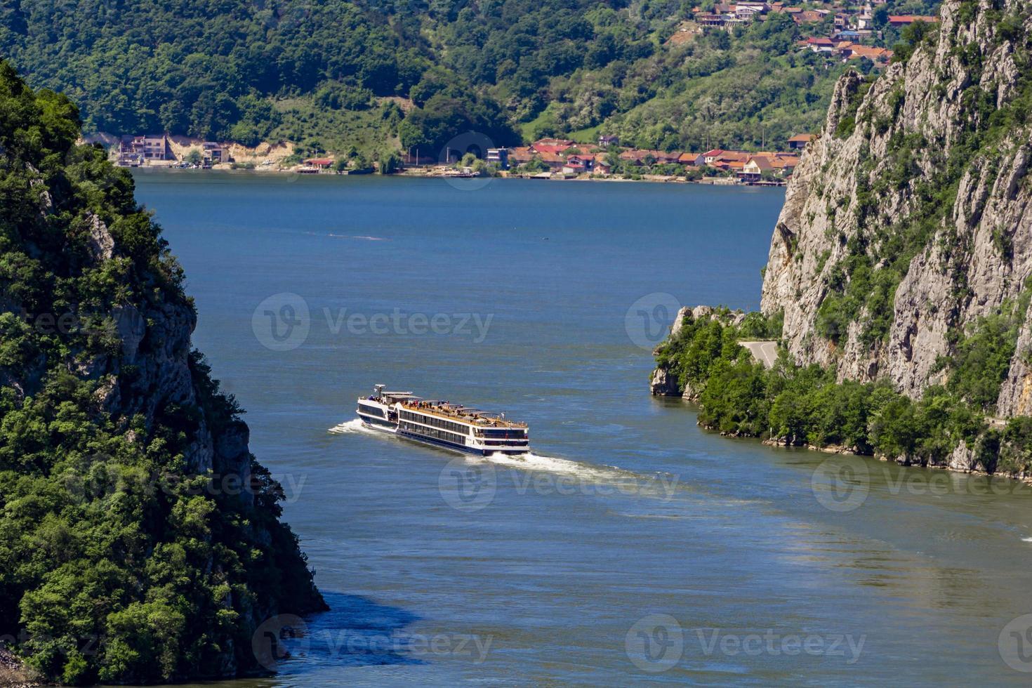kryssningsfartyg på Donaufloden i järngrindarna, även känd som djerdapklyftor i Serbien foto