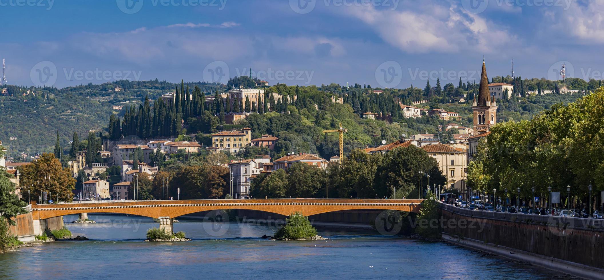 Ponte Navi vid floden Adige i Verona, Italien foto