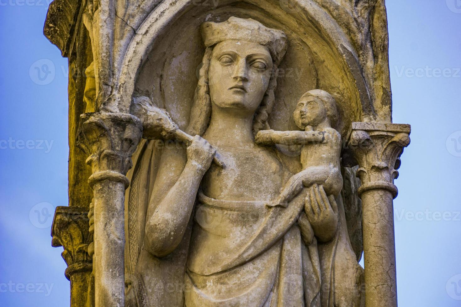 jungfru mary med baby jesus staty på piazza behå i verona, italien foto
