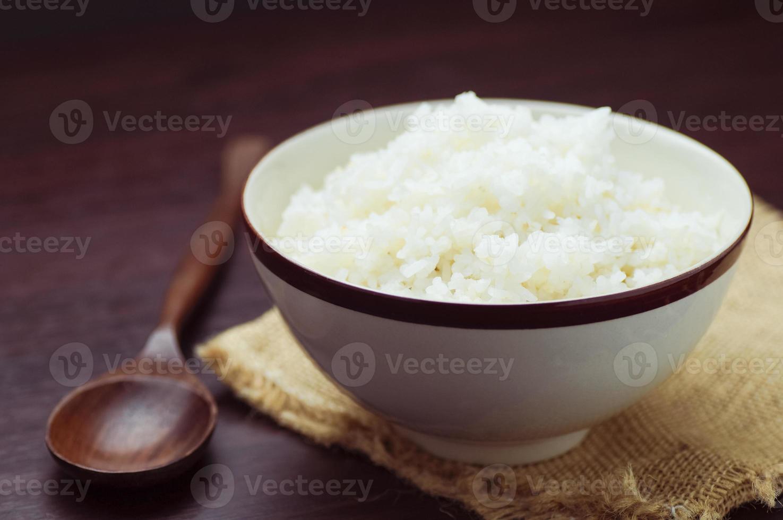thailändskt ris i skål med träsked på bordet foto