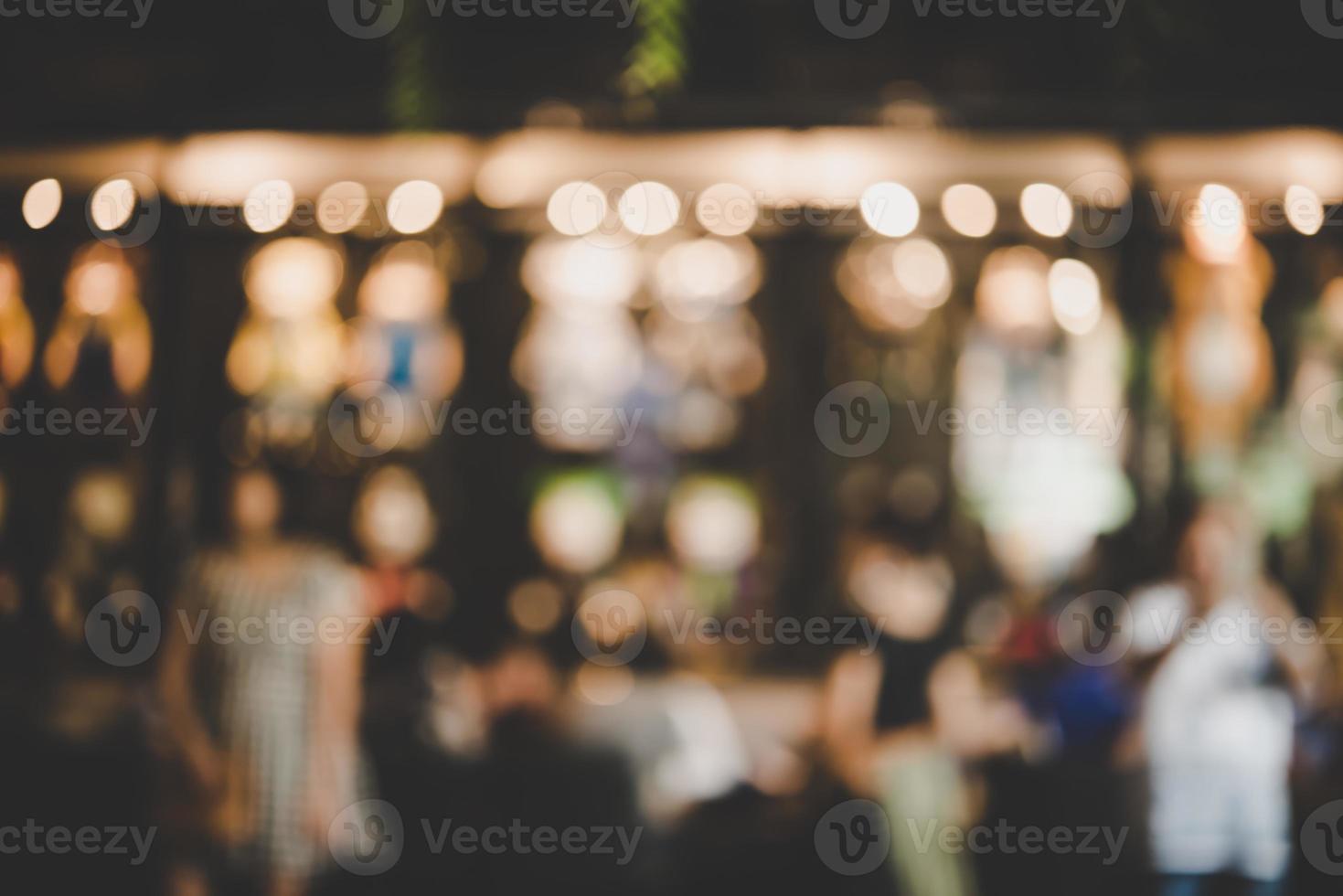 suddig bild av nattmarknadsfestival med bokeh foto