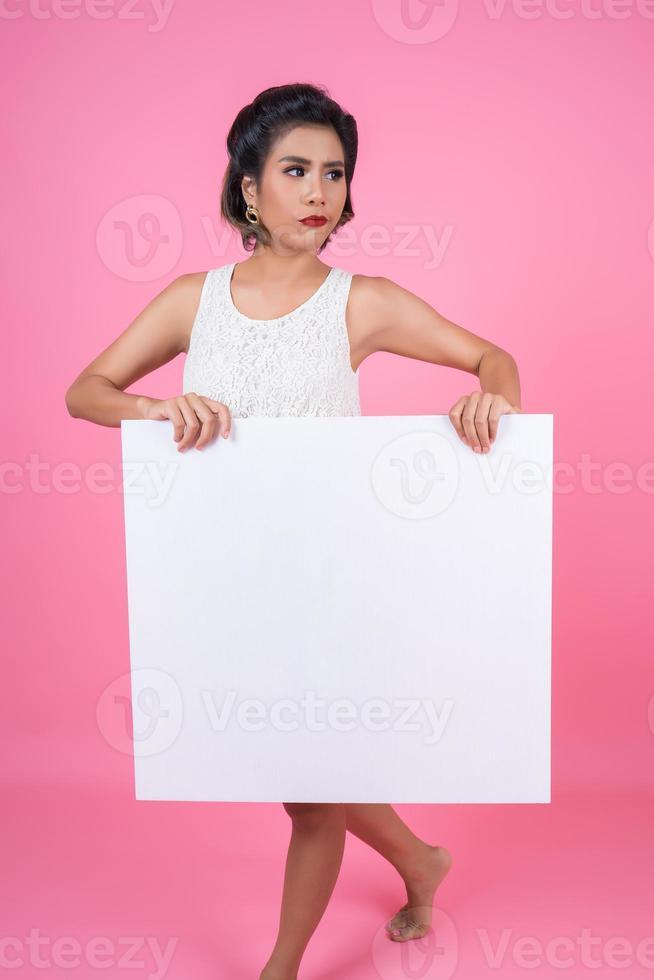 porträtt av modekvinnan som visar vit banderoll foto