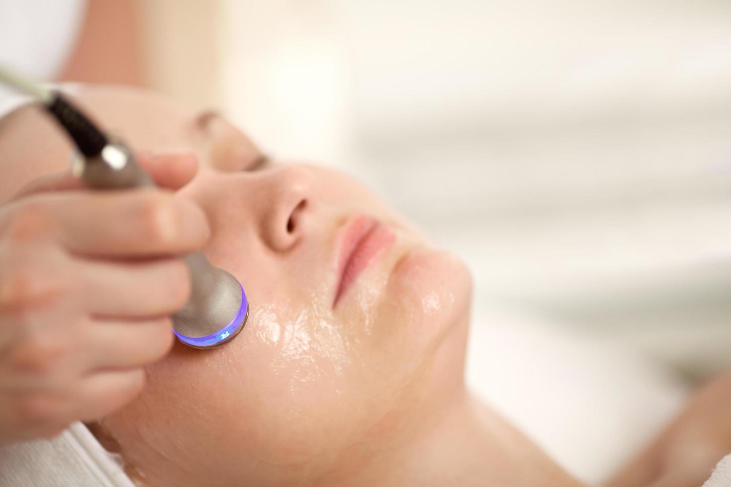 kvinna som får en spa-behandling foto