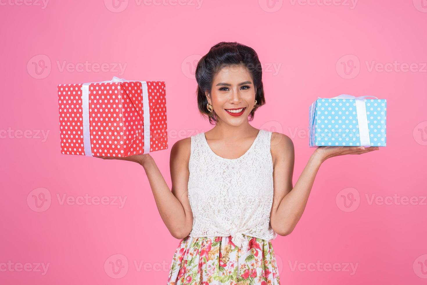 vacker glad kvinna med en överraskning presentask foto