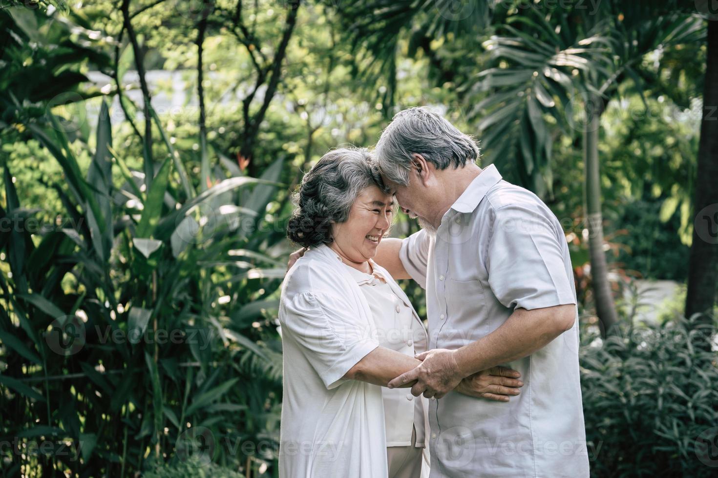 äldre par som dansar tillsammans foto
