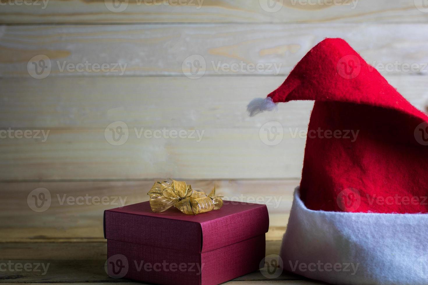 julhatt på trä med kopieringsutrymme foto