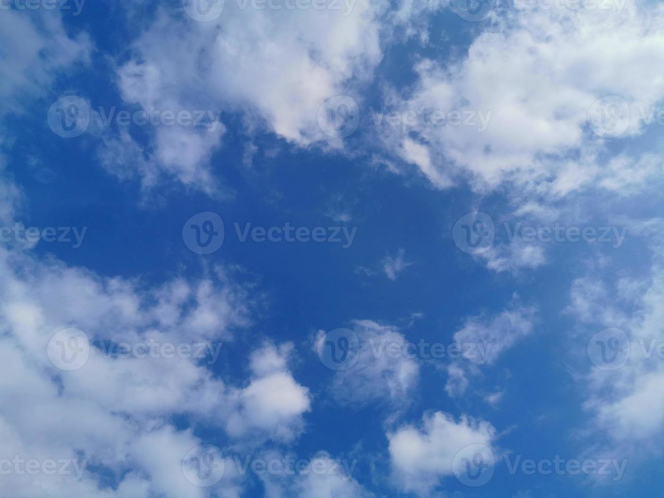blå himmel och klart vitt moln foto