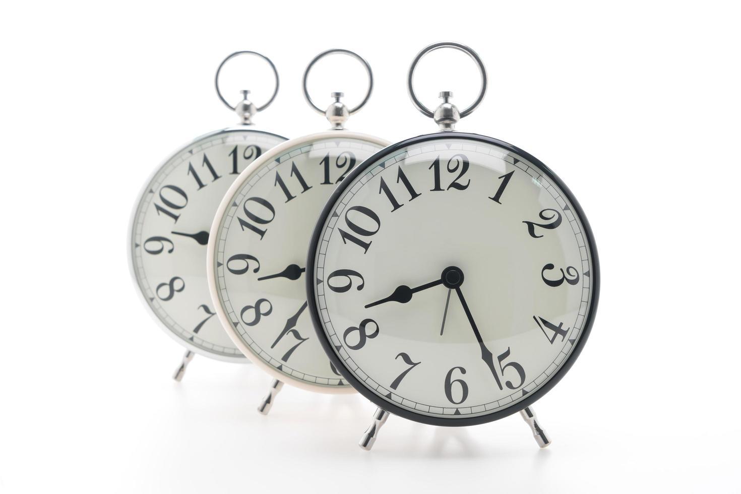 klassiska väckarklockor på vit bakgrund foto