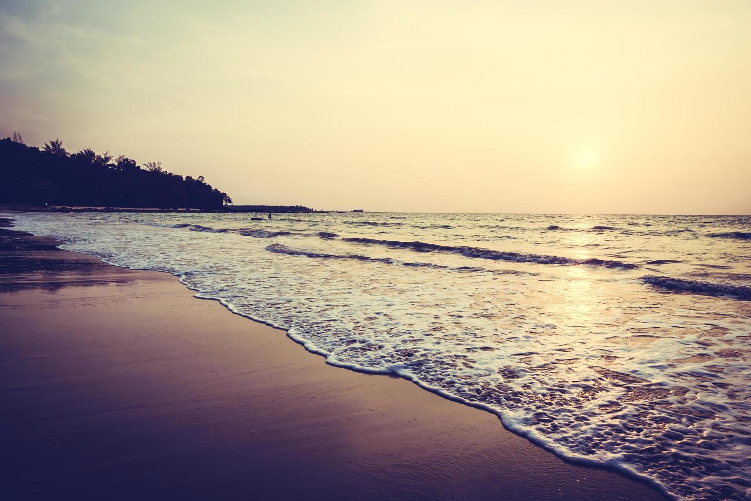 solnedgång över stranden foto