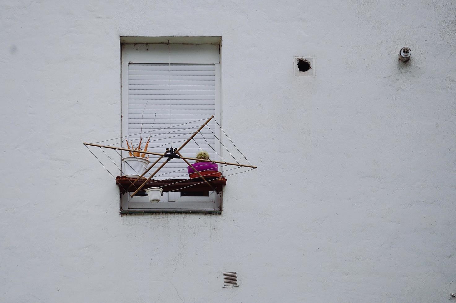 fönster på den vita fasaden av huset i staden Bilbao, Spanien foto