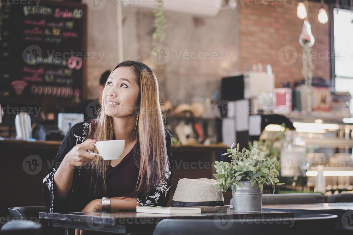 porträtt av ung affärskvinna som dricker kaffe foto