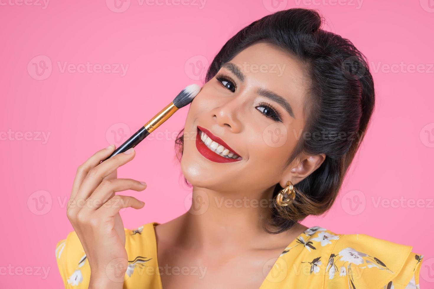porträtt av en kvinna med sminkborste foto
